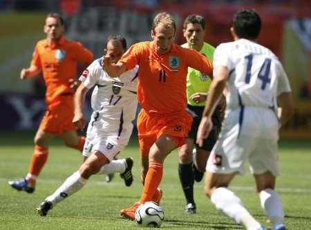 图文:荷兰vs塞黑 鲁本遭受夹击