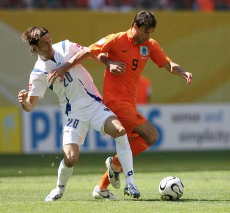 图文:荷兰vs塞黑 范尼强行突破
