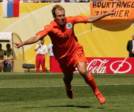 图文:荷兰vs塞黑 鲁本展翅庆祝进球