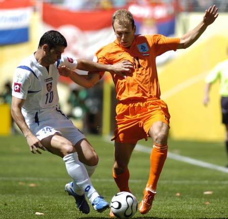 图文:塞黑vs荷兰 鲁本在控球