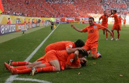 组图:荷兰vs塞黑 鲁本与队友庆祝进球