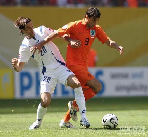 图文:塞黑VS荷兰 9号范尼斯特鲁伊抢断