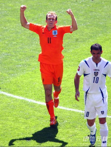 图文:塞黑0-1荷兰 荷兰队功臣罗本庆祝进球