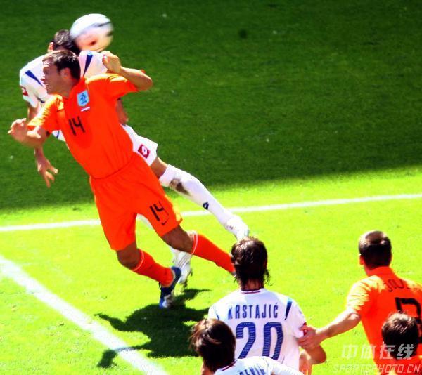 图文:塞黑0-1荷兰 双方争顶头球