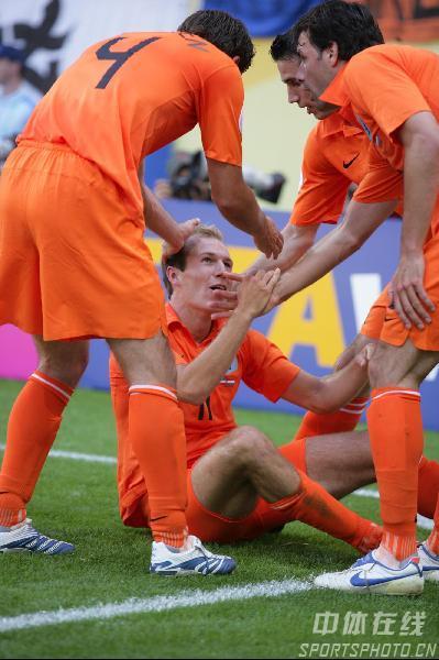 图文:塞黑0-1荷兰 队友庆祝11号罗本进球