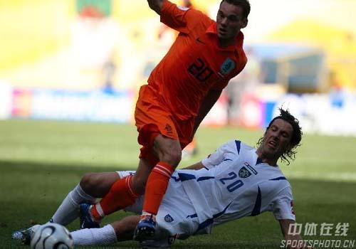 图文:塞黑0-1荷兰 双方队员积极拼抢