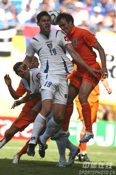 图文:塞黑0-1荷兰 双方队员争顶头球