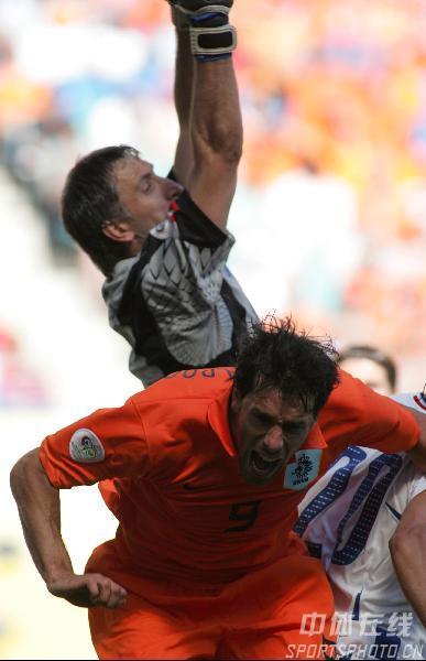 图文:塞黑0-1荷兰 荷兰队守门员范德萨救险