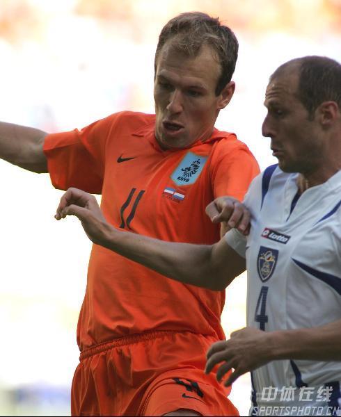 图文:塞黑0-1荷兰 进球功臣罗本积极拼抢