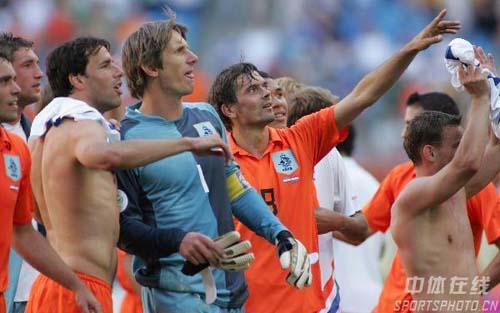 图文:塞黑0-1荷兰 荷兰队在赛后庆祝胜利