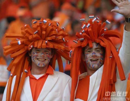图文:塞黑0-1荷兰 荷兰球迷为球队加油