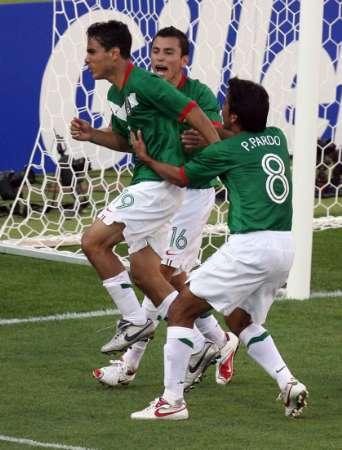 组图:墨西哥3-1伊朗 布拉沃与队友庆祝进球
