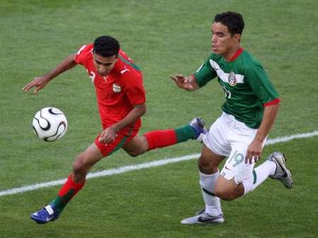 组图:墨西哥3-1伊朗 场上疯狂追抢