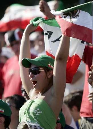 图文:墨西哥3-1伊朗 性感球迷舞动国旗