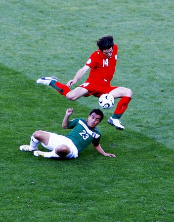 图文:墨西哥3-1伊朗 泰穆里安在比赛中突破