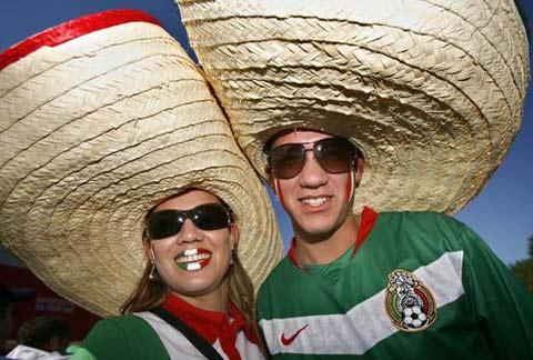 图文:墨西哥3-1伊朗 墨西哥球迷帽子展示