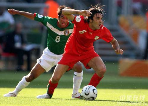 图文:墨西哥3-1伊朗 双方队员激烈拼抢
