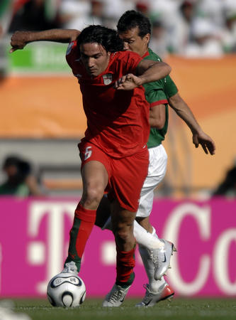 图文:墨西哥3-1伊朗 内科南带球突破