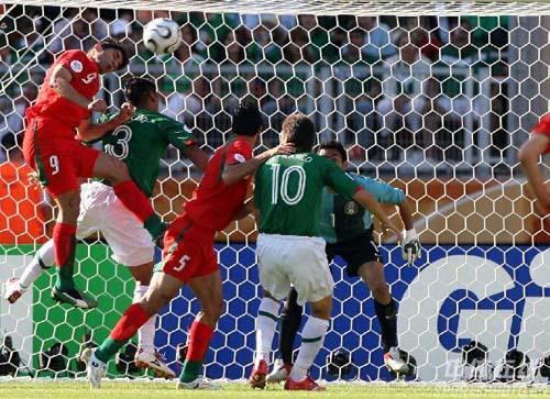 图文:墨西哥3-1伊朗 双方在墨西哥队门前大战
