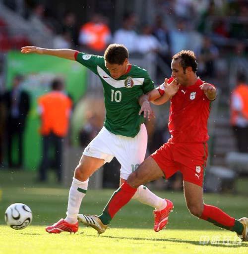图文:墨西哥3-1伊朗 伊朗队队员抢断