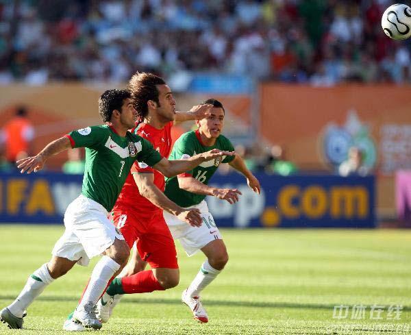 图文:墨西哥3-1伊朗 双方队员拼抢