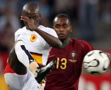 图文:安哥拉VS葡萄牙 瞄准了再射