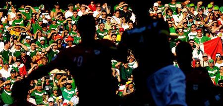 图文:墨西哥3-1伊朗 伊朗队球员攻门的身影