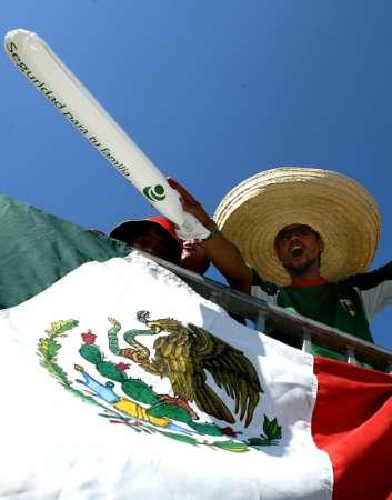 组图:墨西哥3-1伊朗 赛后墨球迷疯狂庆祝