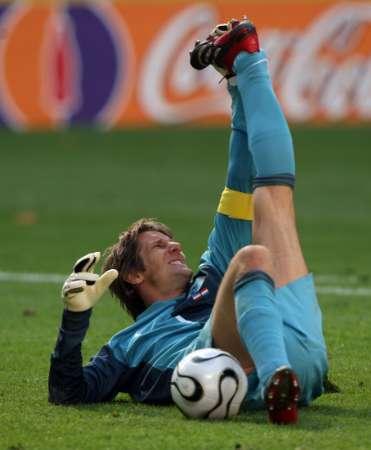 图文:荷兰1-0塞黑 范德萨意外抽筋