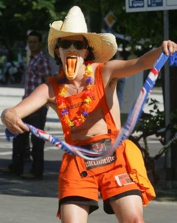 图文:荷兰1-0塞黑 长舌球迷乱舞
