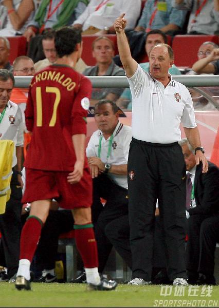 图文:安哥拉0-1葡萄牙 斯科拉里在场边指挥