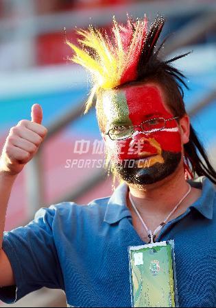 图文:葡萄牙1-0战胜安哥拉 球迷无比高兴