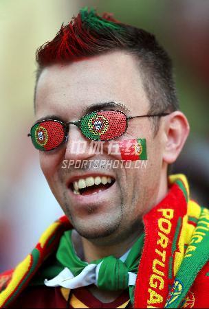 图文:葡萄牙1-0安哥拉 球迷的眼镜跟着闪光