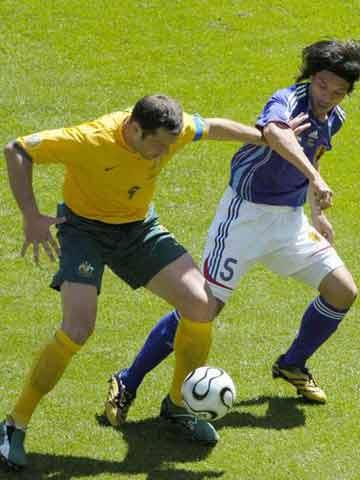 图文:日本VS澳大利亚 维杜卡脚下护球