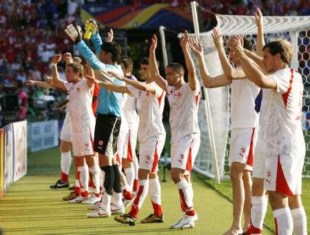 图文:法国0-0瑞士 瑞士队员向球迷致谢