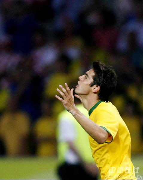 图文:巴西1-0克罗地亚  卡卡庆祝进球瞬间