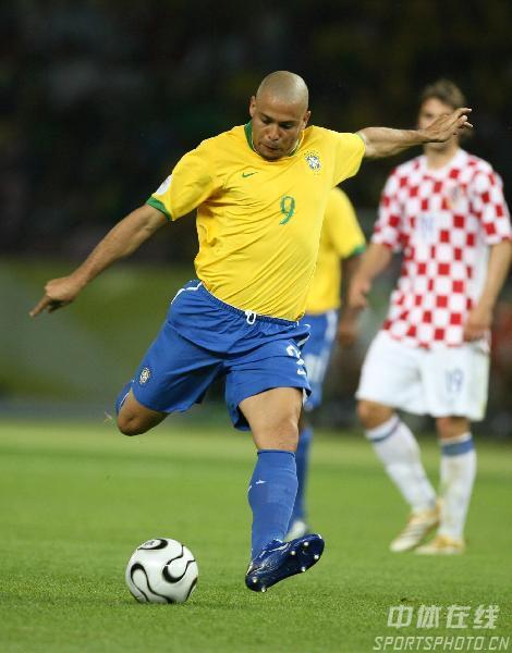 图文:巴西1-0克罗地亚 罗纳尔多拔脚怒射