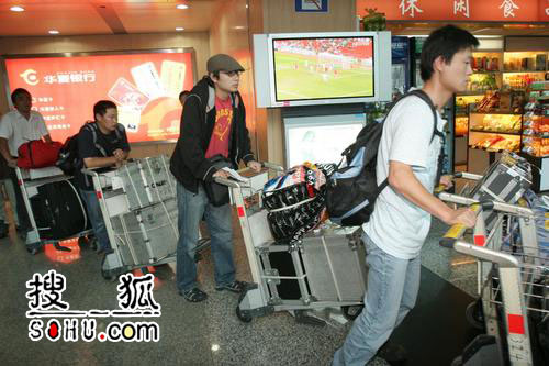 《黄金甲》剧组转战重庆 张艺谋率队抵达机场