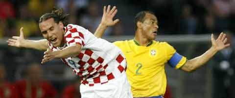 图文:巴西1-0克罗地亚 双方球员争夺激烈