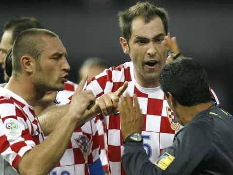 图文:巴西1-0克罗地亚 队员与裁判理论