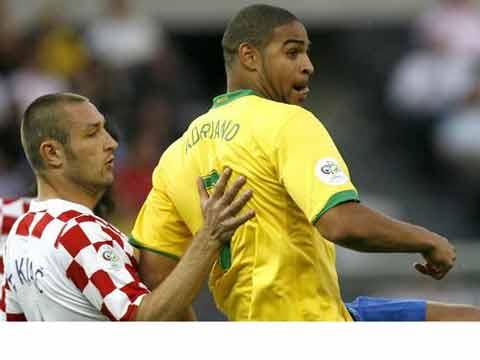 图文:巴西1-0克罗地亚 阿德里亚诺摆脱防守