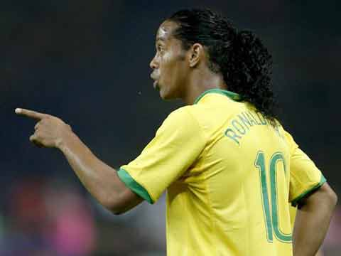 图文:巴西1-0克罗地亚 罗纳尔迪尼奥指挥队友