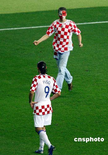 图文:巴西1-0克罗地亚 球迷冲进球场见球星