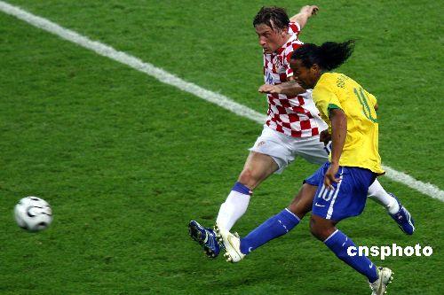 图文:巴西1-0克罗地亚 小罗那尔多强力进攻