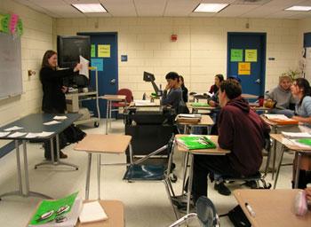 """在美國亞特蘭大""""馬丁路德金初級中學""""的圖畫線描內,一邊是男生初中教室兩個素材圖片"""