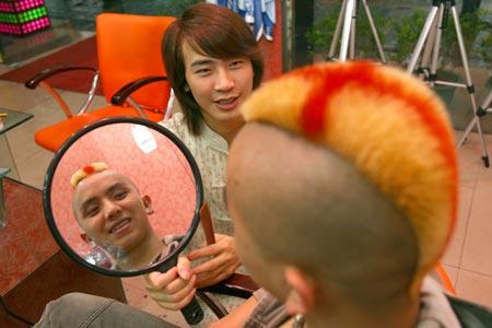 重庆市民将头发染成英格兰旗帜 支持喜爱球队(图)