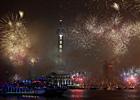 上海黄浦江畔燃放焰火