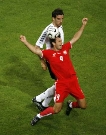 图文:德国VS波兰 祖拉夫斯基被放倒
