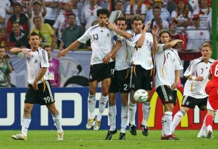图文:德国vs波兰 防守任意球搞笑表情