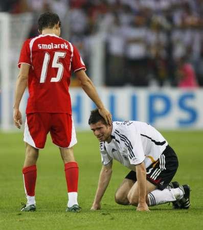 图文:德国VS波兰 队员互相安慰